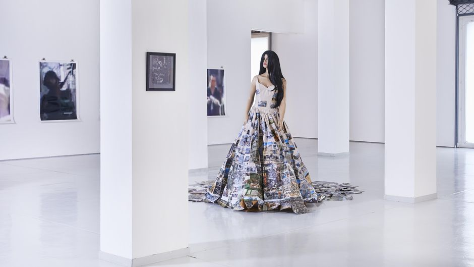 Thomas Hirschhorn, Subjecter (Katastrophé), 2010, Schaufensterpuppe, Brautkleid, Collage, Klebeband / mannequin, wedding dress, collage, adhesive tape, Courtesy Privatsammlung